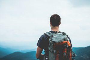 randonneur regardant les montagnes des Vosges