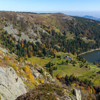 Vue sur le lac des truites à Forlet dans les Vosges pendant une randonnée